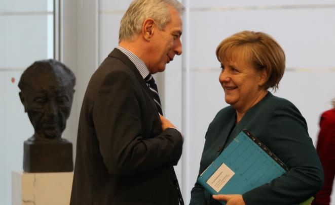 Stanislaw Tillich und Angela Merkel im Gespräch zu Beginn der Großen Runde