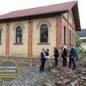 """Alfred Krambs, Mitgründer des Vereins """"Alte Synagoge Steinsfurt"""", hat sich dem Erhalt der 1894 eingeweihten Synagoge Steinsfurt verschrieben und zeigt Stephan Harbarth die Instandhaltungsarbeiten."""