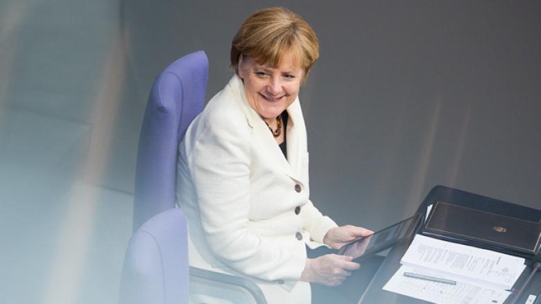 Bundeskanzlerin Angela Merkel mit ihrem Tablet im Bundestag