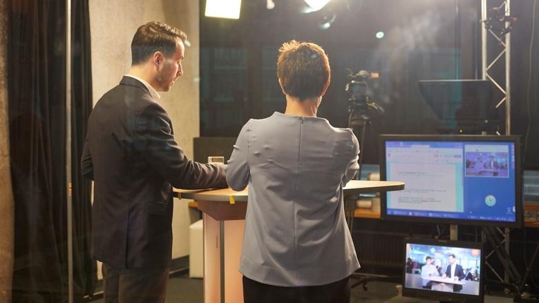 CDU-Generalsekretärin Annegret Kramp-Karrenbauer und Moderator Boris Binkowska