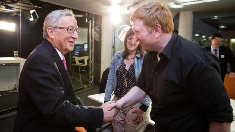 Online-Redakteur Uli Gelsen nimmt den persönlichen Dank Jean-Claude Junckers für das Engagement des gesamten Teams entgegen