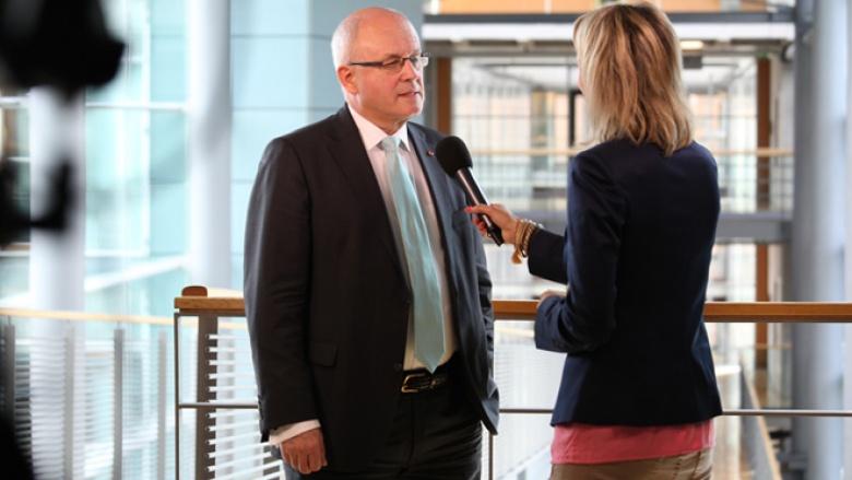 CDU/CSU-Fraktionschef Volker Kauder im Interview mit CDU.TV