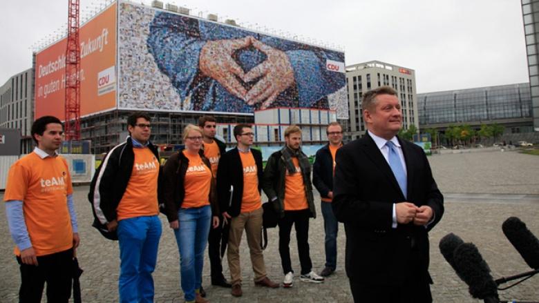 CDU-Generalsekretär Hermann Gröhe und Unterstützer des teAM Deutschland bei der Vorstellung des Multipicture in Berlin