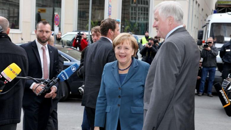 Ministerpräsident Horst Seehofer begrüßt Bundeskanzlerin Angela Merkel