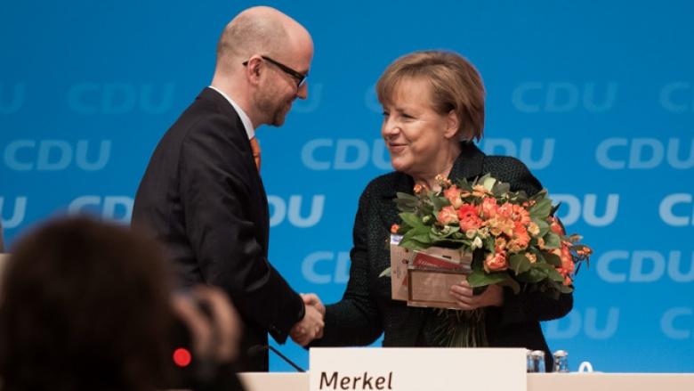 Peter Tauber und Angela Merkel beim 27. Parteitag in Köln