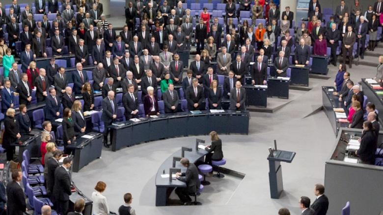 Die Abgeordneten legten eine Schweigeminute ein und um der Opfer der Pariser Anschläge.