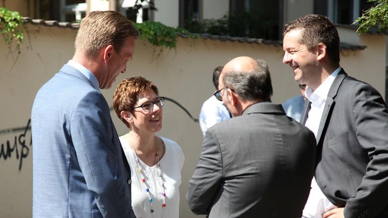 Das Bild zeigt den freundlichen Empfang der CDU-Gerneralsekretärin in Quedlinburg.