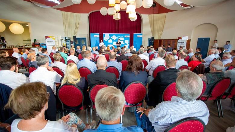 Das Bild zeigt einen voll besetzten Saal. Viele Mitglieder der CDU sind nach Schwerin gekommen, um ihre dringendsten Fragen zur Zukunftspolitik der CDU an CDU-Generalsekretärin Annegret Kramp-Karrenbauer zu richten.