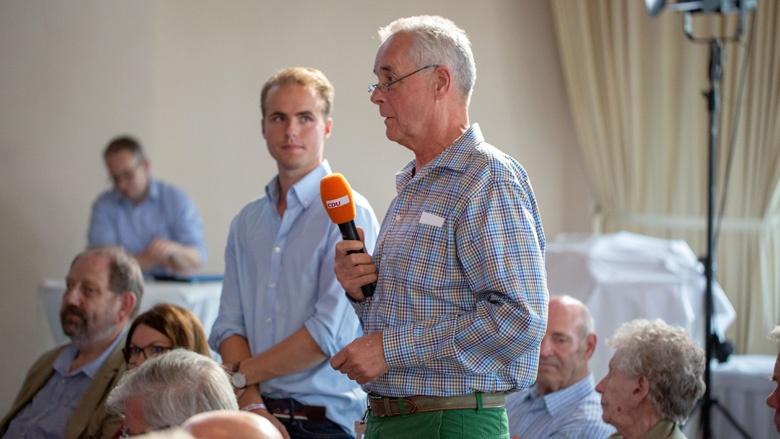Das Bild zeigt: Ein CDU-Mitglied stellt in Schwerin Fragen an CDU-Generalsekretärin Annegret Kramp-Karrenbauer.