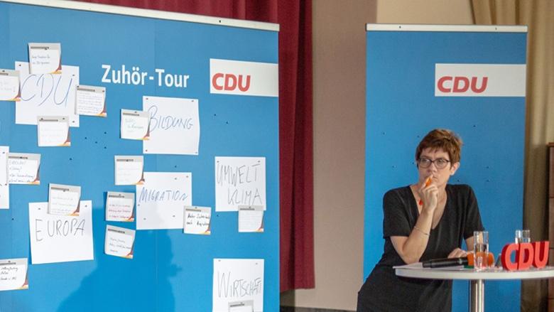Das Bild zeigt: CDU-Generalsekretärin Annegret Kramp-Karrenbauer hört sich die Fragen der CDU-Mitglieder aus Mecklenburg-Vorpommern genau an.