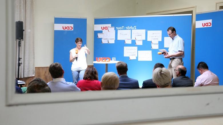 Das Bild zeigt CDU-Generalsekretärin Annegret Kramp Karrenbauer in der Diskussion in Quedlinburg.