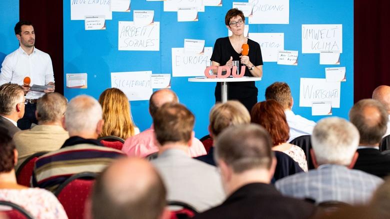 Das Bild zeigt: CDU-Generalsekretärin Annegret Kramp-Karrenbauer beantwortet Fragen der CDU-Mitglieder aus Mecklenburg-Vorpommern.