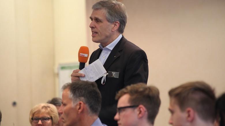Das Bild zeigt: Ein Mitglied stellt eine Frage auf der ZUhör-Tour in Chemnitz.