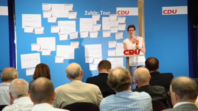 Das Bild zeigt: CDU-Generalsekretärin Annegret Kramp-Karrenbauer erläutert in Chemnitz den Ablauf der Veranstaltung.