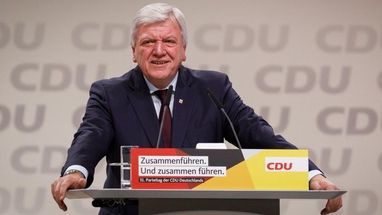 Hessens Ministerpräsident und CDU-Landeschef Volker Bouffier während seiner Danksagung an Angela Merkel auf dem 31. Parteitag der CDU in Hamburg