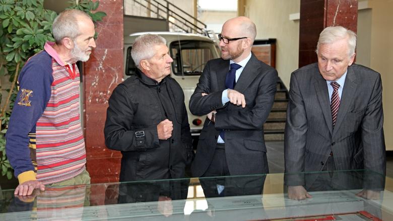 Im Stasi-Museum in Haus 1, dem ehemaligen Mielke-Amtssitz: Ronald Jahn gibt Peter Tauber einen Überblick über das riesige Gebäudeareal