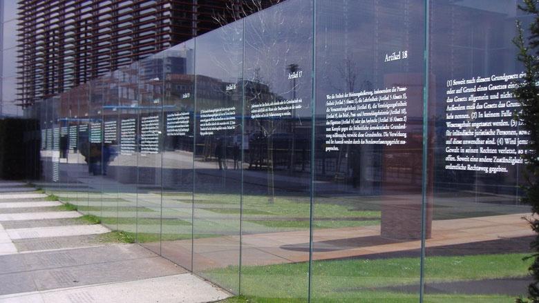 Die ersten 19 Artikel des Grundgesetzes am Jakob-Kaiser-Haus in Berlin