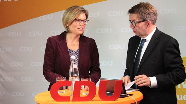 Julia Klöckner und Moderator Frank Bergmann beim CDU Live in Mainz