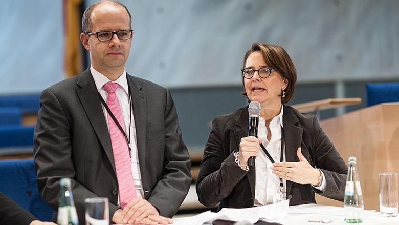 Annette Widmann-Mauz und Michael Brand stellen im Plenum die Ergebnisse der Workshops beim Deutschlandkongress vor