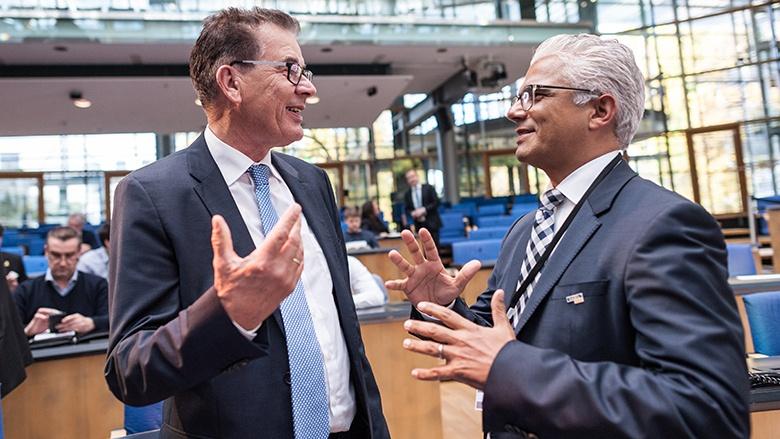 Bundesminister Gerd Müller im Gespräch mit dem Bonner Oberbürgermeister Ashok Sridharan