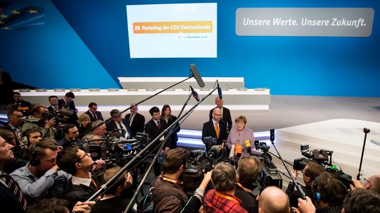 Angela Merkel beim Hallenrundgang vor dem Parteitag