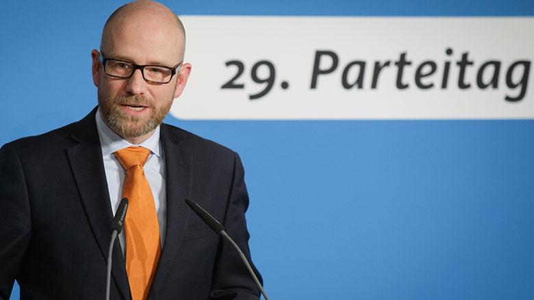 Peter Tauber bei der Pressekonferenz in Essen