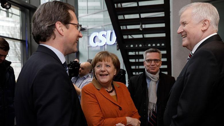 Angela Merkel und Horst Seehofer mit CSU-Generalsekretär Andreas Scheuer