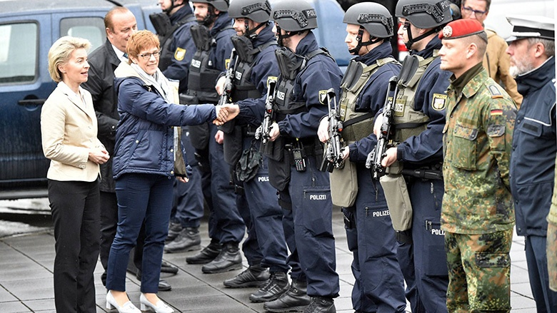 Klaus Bouillon, Saarlands Minister für Inneres und Sport, Bundesverteidigungsministerin Ursula von der Leyen und Saarlands Ministerpräsidentin Annegret Kramp-Karrenbauer begrüßen die Polizisten und Soldaten.