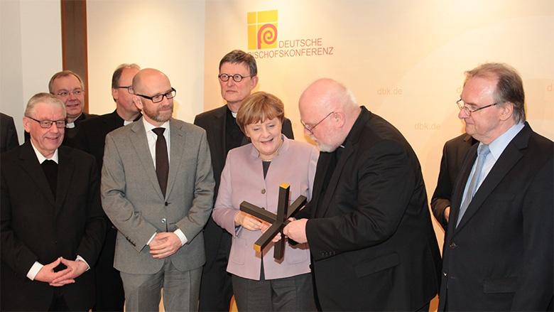 Der Vorsitzende der Deutschen Bischofskonferenz, Reinhard Kardinal Marx, überreichte der CDU-Vorsitzenden Bundeskanzlerin Angela Merkel ein besonderes Kreuz.