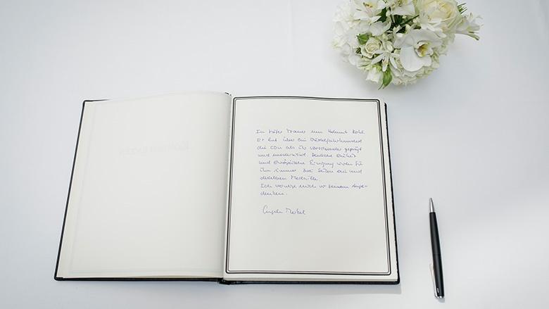 Angela Merkel im Kondolenzbuch für Helmut Kohl