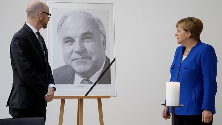 Angela Merkel und Peter Tauber vor dem Porträt des Alt-Kanzlers