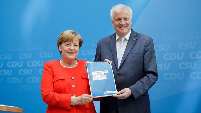 Angela Merkel und Horst Seehofer präsentieren das Regierungsprogramm