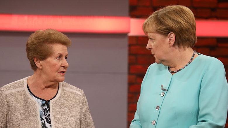 Rentnerin Lioba Bichl und Bundeskanzlerin Angela Merkel