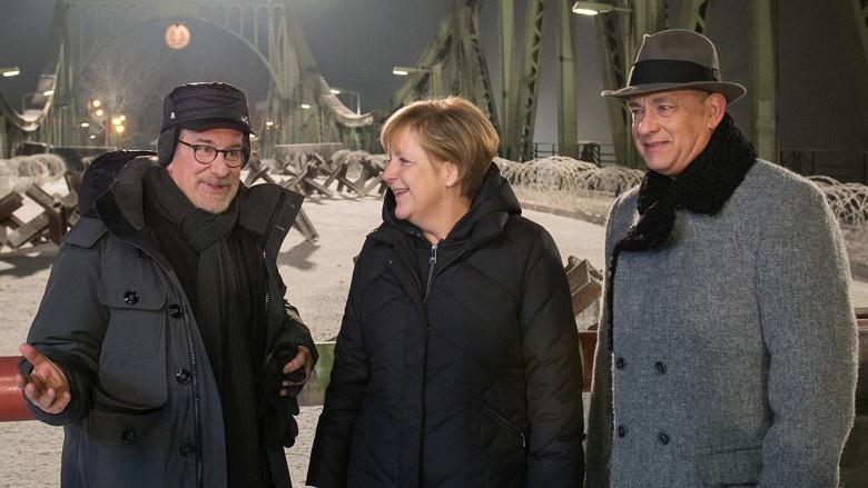 Bundeskanzlerin Angela Merkel mit Regisseur Steven Spielberg und Schauspieler Tom Hanks an der Glienicker Brücke