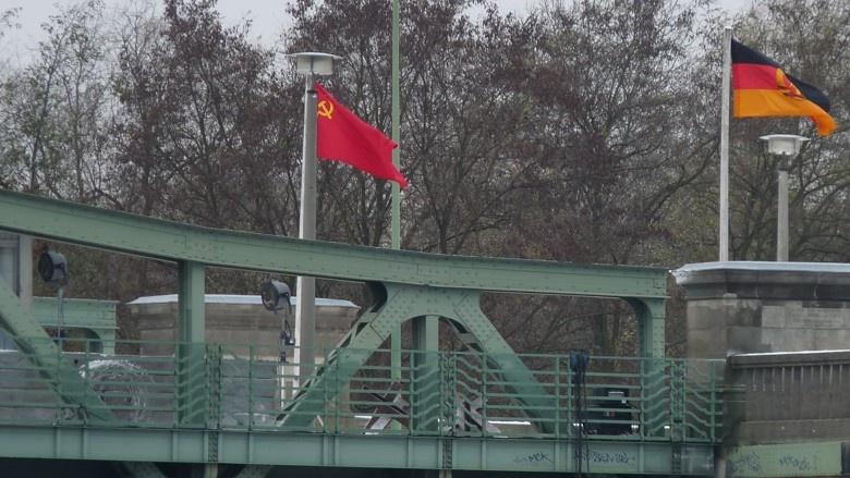 """Aufnahme von der Glienicker Brücke während der Dreharbeiten zu """"Bridge Of Spies"""" (2015)"""