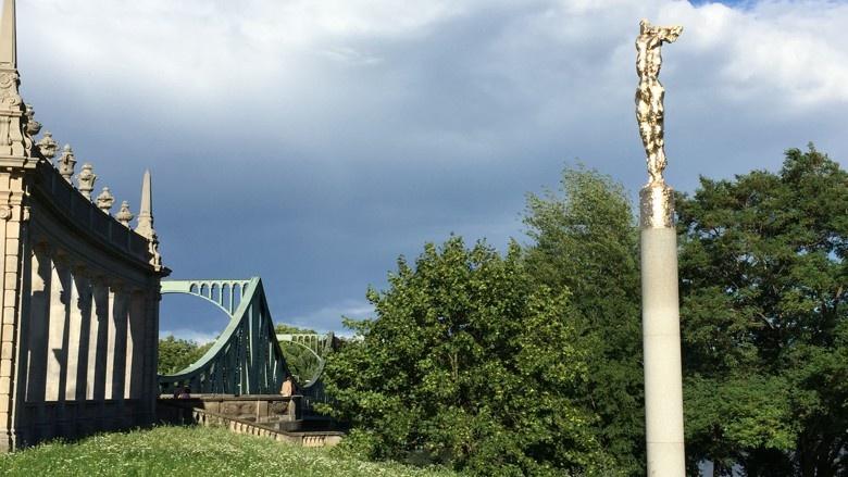 Skulptur Nike des Künstlers Wieland Förster unweit der Glienicker Brücke