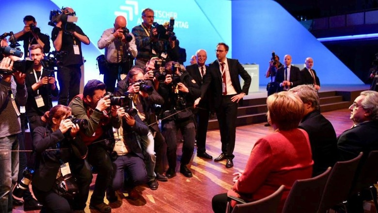 Im Fokus der Medien: Bundeskanzlerin Angela Merkel neben BDA-Präsident Ingo Kramer und dem Ehrenpräsidenten Dieter Hundt, gerade 80 Jahre alt geworden