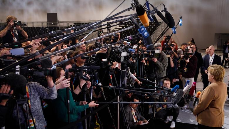 Die CDU-Vorsitzende Angela Merkel bei der Abnahme des Parteitagsaufbaus