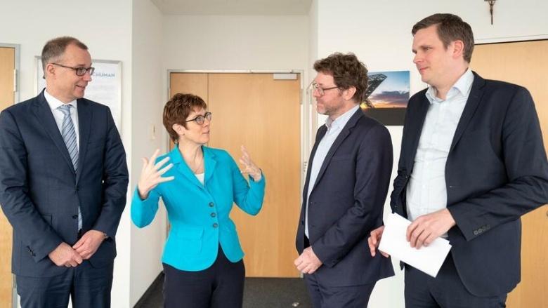 CDU-Chefin Annegret Kramp-Karrenbauer mit den Handelsblatt-Redakteuren Thomas Sigmund, Daniel Delhaes und Jan Hildebrand