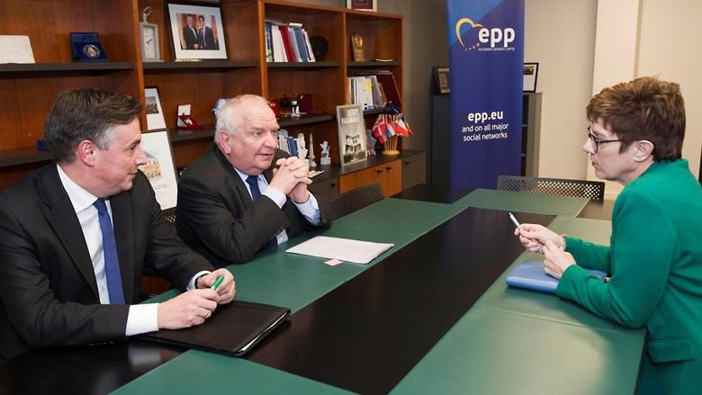 Die CDU-Vorsitzende Annegret Kramp-Karrenbauer während ihres ersten Auftritts in Brüssel bei einem KAS-Symposium mit den MdEP Joseph Daul und David McAllister