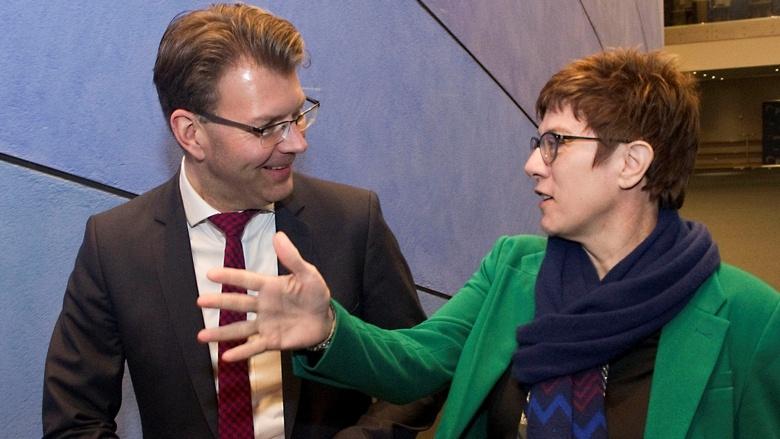 Die CDU-Vorsitzende Annegret Kramp-Karrenbauer während ihres ersten Auftritts in Brüssel bei einem KAS-Symposium mit den MdEP Manfred Weber und Daniel Caspary