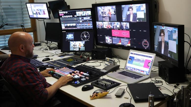 Das Bild zeigt: Am Mischpult im CDU-Studio werden die unterschiedlichen eingehenden Signale zusammengeschaltet.