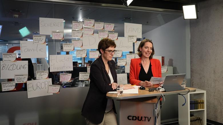 Das Bild zeigt Annegret Kramp-Karrenbauer mit Moderatorin Britta Rottbeck.