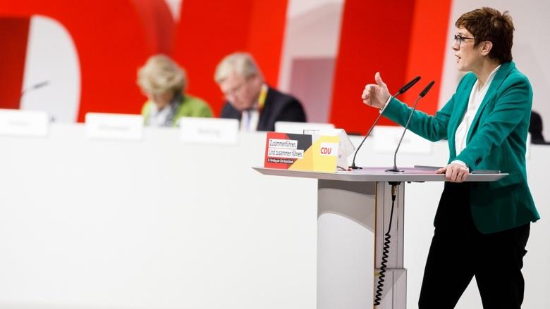 """Die CDU-Vorsitzende Annegret Kramp-Karrenbauer während der Einführung in den Antrag """"Leitfragen für ein neues Grundsatzprogramm"""""""