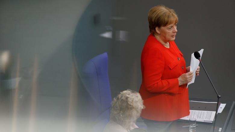 Das Bild zeigt: Bundeskanzlerin Angela Merkel erläutert in der Fragestunde des Bundestags die Politik der Bundesregierung