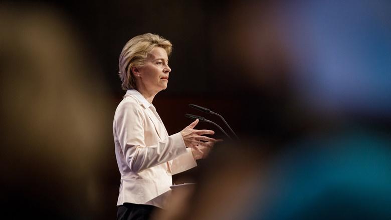 Auf dem Bild sieht man Bundesverteidigungsministerin Ursula von der Leyen während einer Rede vor dem Deutschen Bundestag