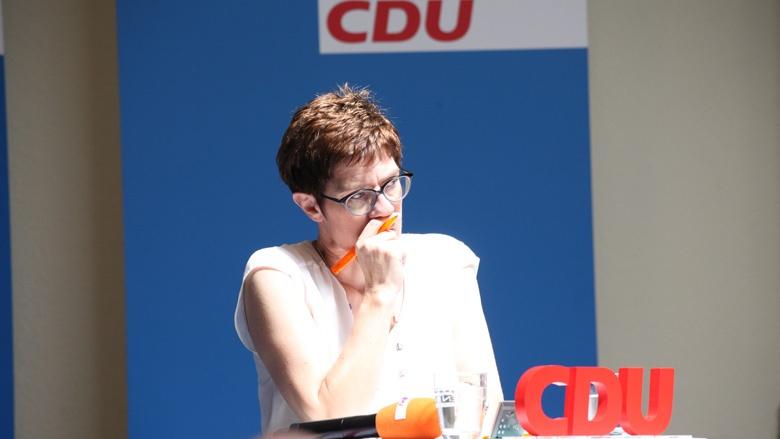 Das Bild zeigt: CDU-Generalsekretärin lauscht in Quedlinburg Fragen der Teilnehmer der Zuhör-Tour