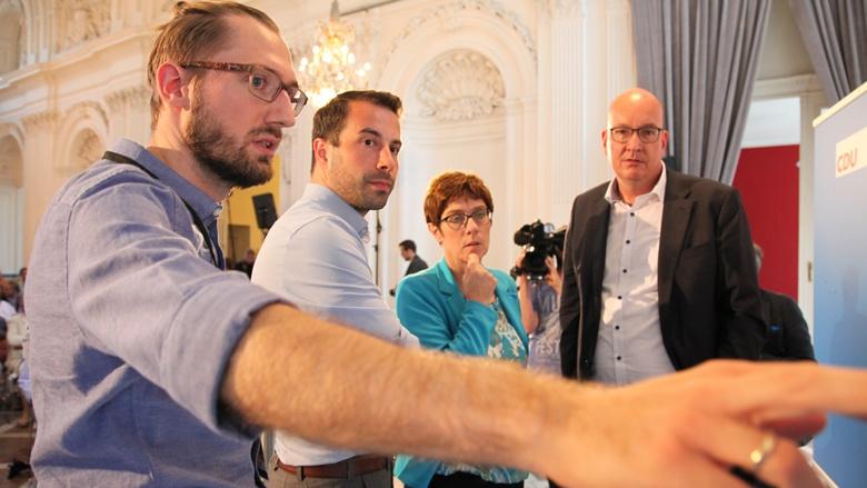 Das Bild zeigt: CDU-Generalsekretärin Annegret-Kramp-Karrenbauer und Mitstreiter der CDU-Bundesgeschäftsstelle begutachten in Aachen die eingegangenen Fragen an einer Pinnwand.