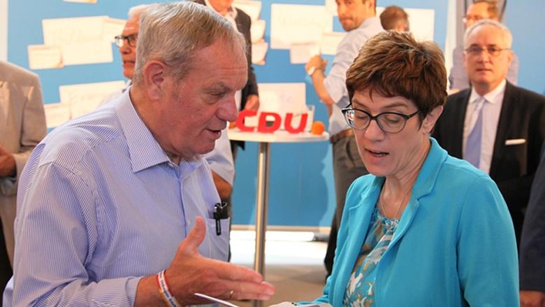 Auf dem Bild sieht man CDU-Generalsekretärin Annegret Kramp-Karrenbauer im Gespräch mit einem Teilnehmer der Zuhör-Tour in Aachen.