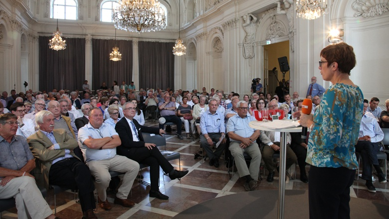 Auf dem Bild siet man: CDU-Generalsekretärin Annegret-Kramp-Karrenbauer erläutert vielen Gästen politischeHintergründe.
